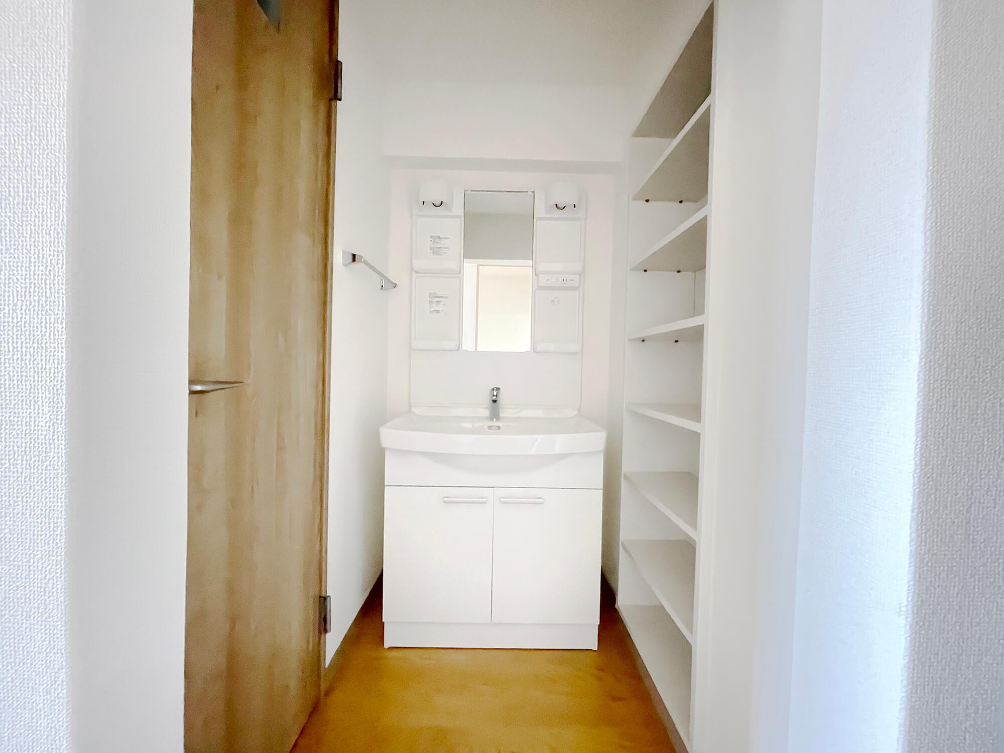 独立洗面台あります!収納もいっぱいですにゃ