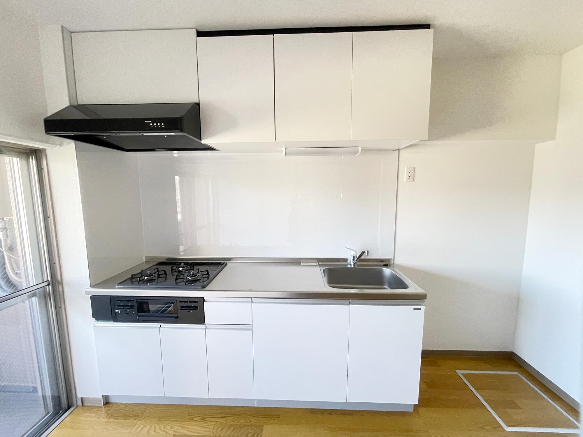 キッチン、リフォームしたてなのでピカピカです!しかも幅広タイプで、使いやすいですにゃ。 ガスコンロも3口あります!