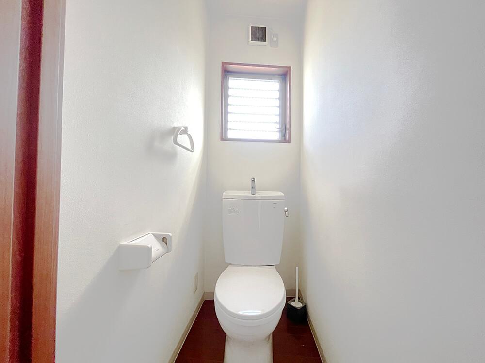 おトイレの様子。窓付きですにゃ。