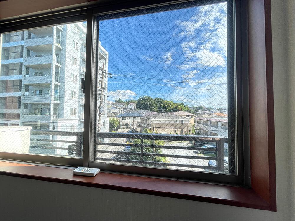 こちらはお部屋側面の窓。 どちらの窓も眺めよし!