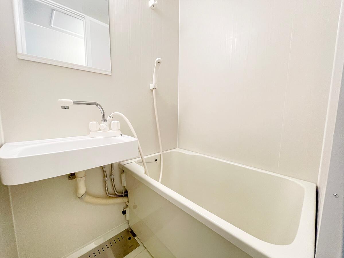 ワンルームタイプのお部屋のお風呂です。きれいにリホームされてました。