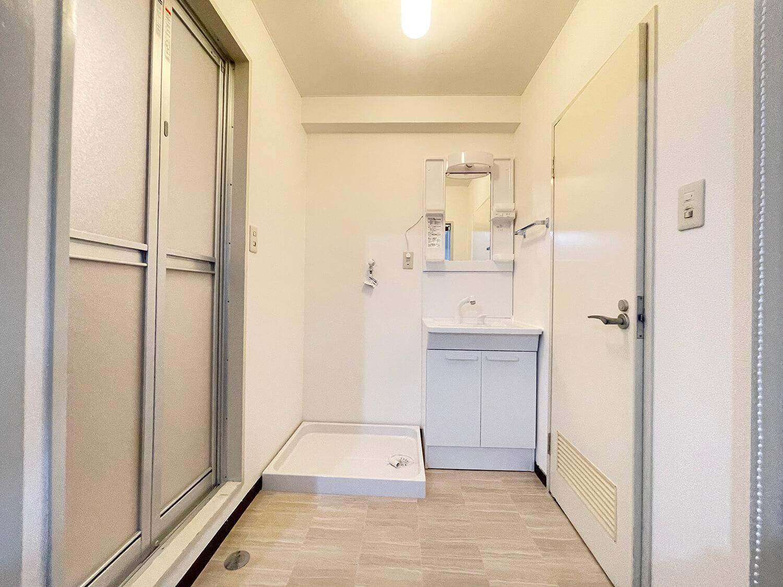 洗面スペースです。洗濯機置き場、独立洗面台あります。右側がトイレ、左がバルスームです。