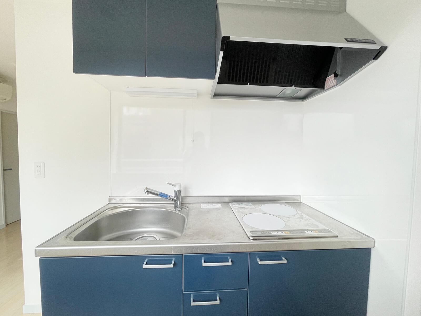 501号室キッチン 内装と設備はホワイトとネイビーでシックにまとめられてますにゃ。