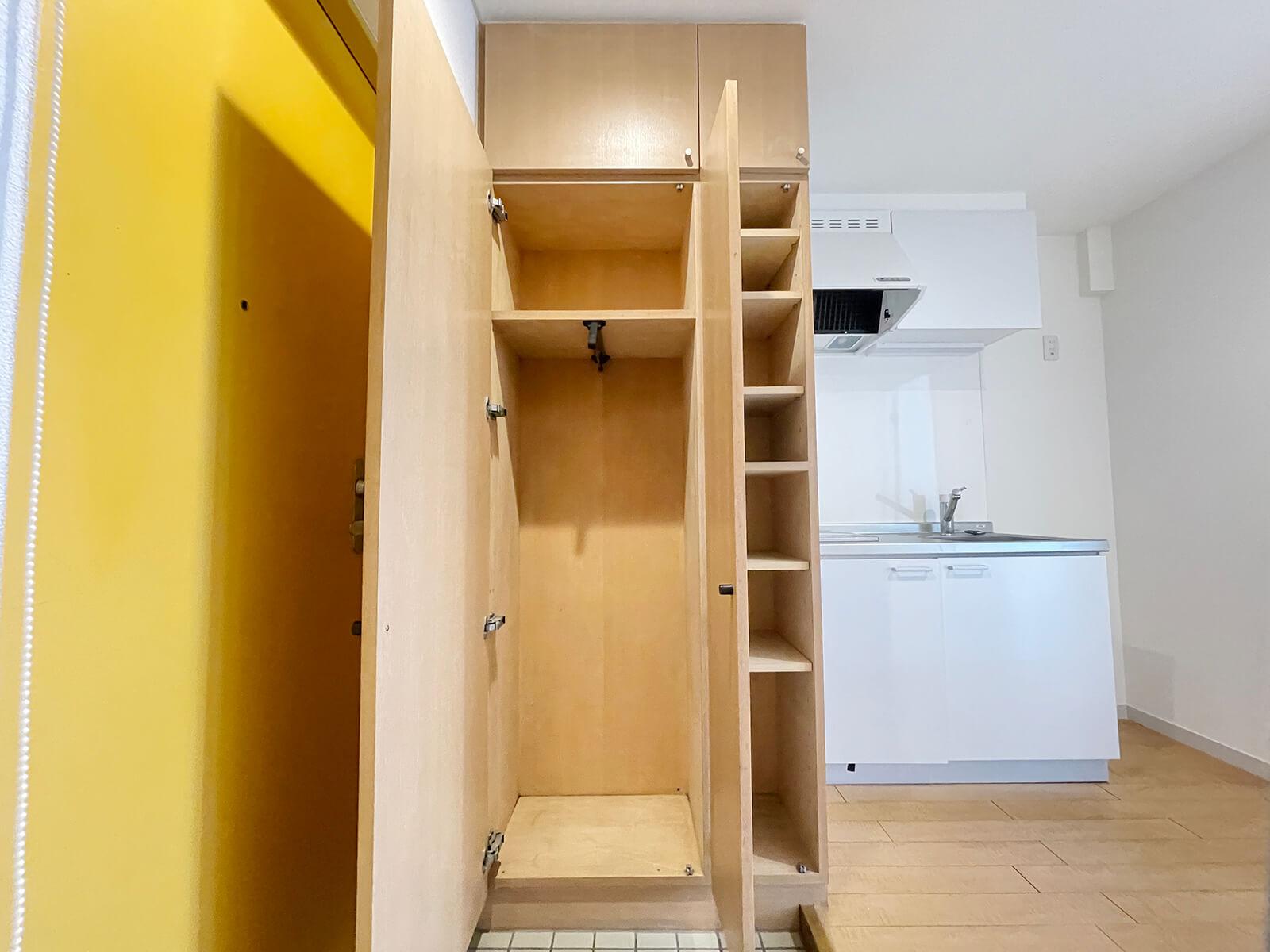 こちらは406号室の玄関収納 どのお部屋も天井までたっぷり使えますにゃ。
