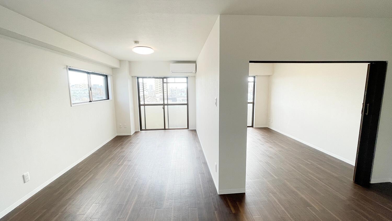 502号室、1LDKタイプのお部屋。ドアを全開にした様子です。開放的でいいですにゃ。