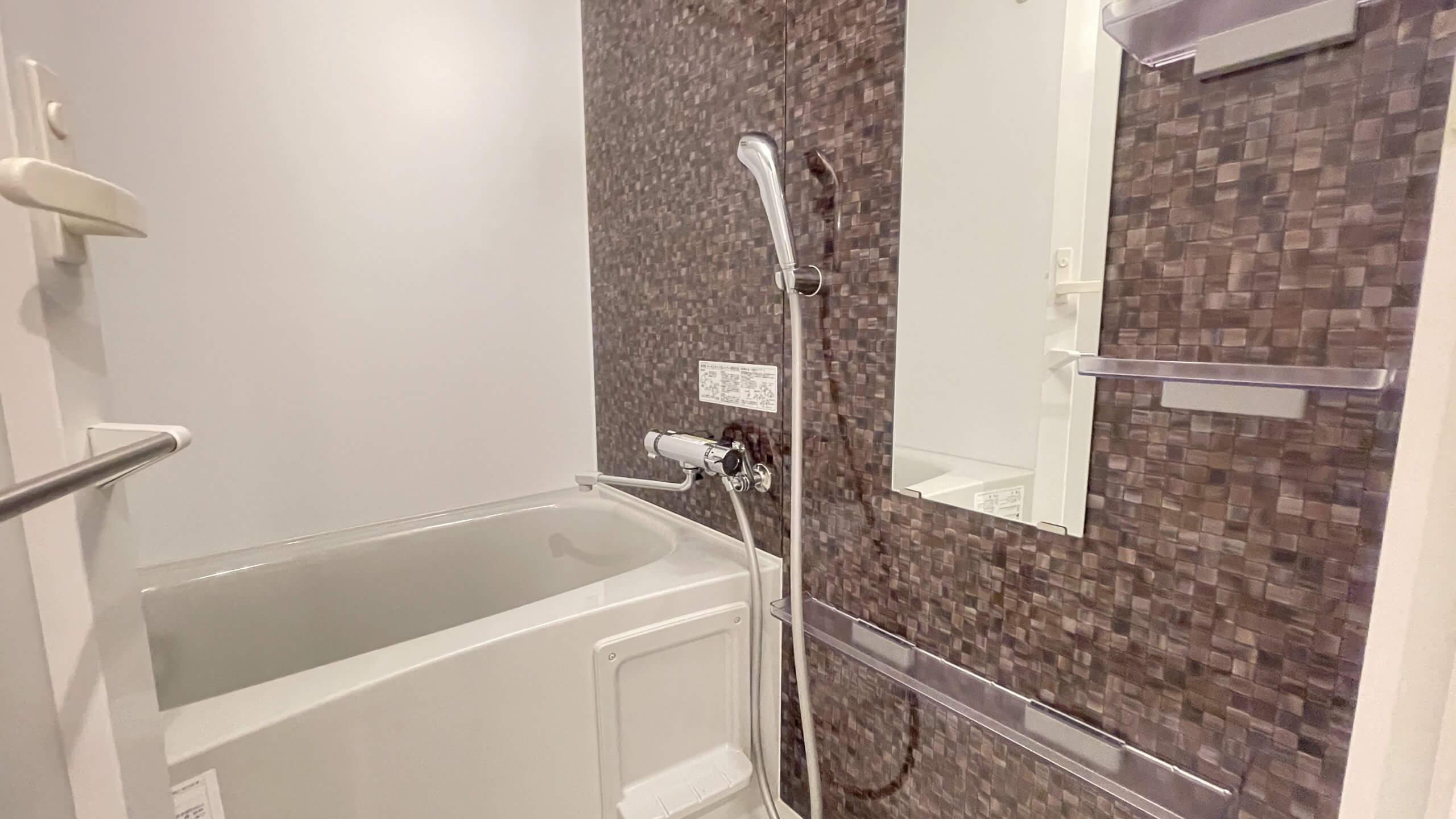 お風呂でございますにゃ。一人暮らし用にしては何気に棚が充実。。。