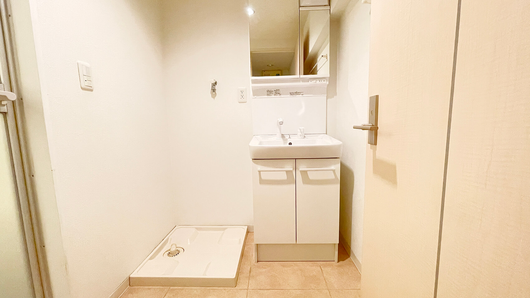 洗面所ですにゃ。独立洗面台は新品が入ってますにゃ。
