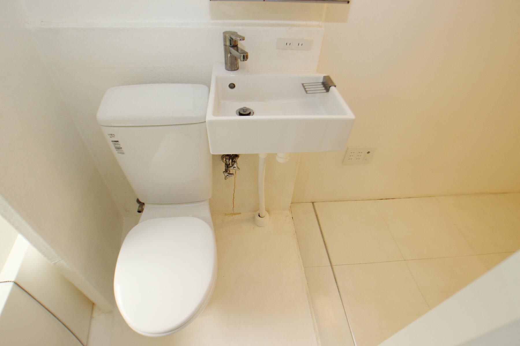 バスルームはコンパクトにまとまってます。 洗面台の鏡は収納付き。